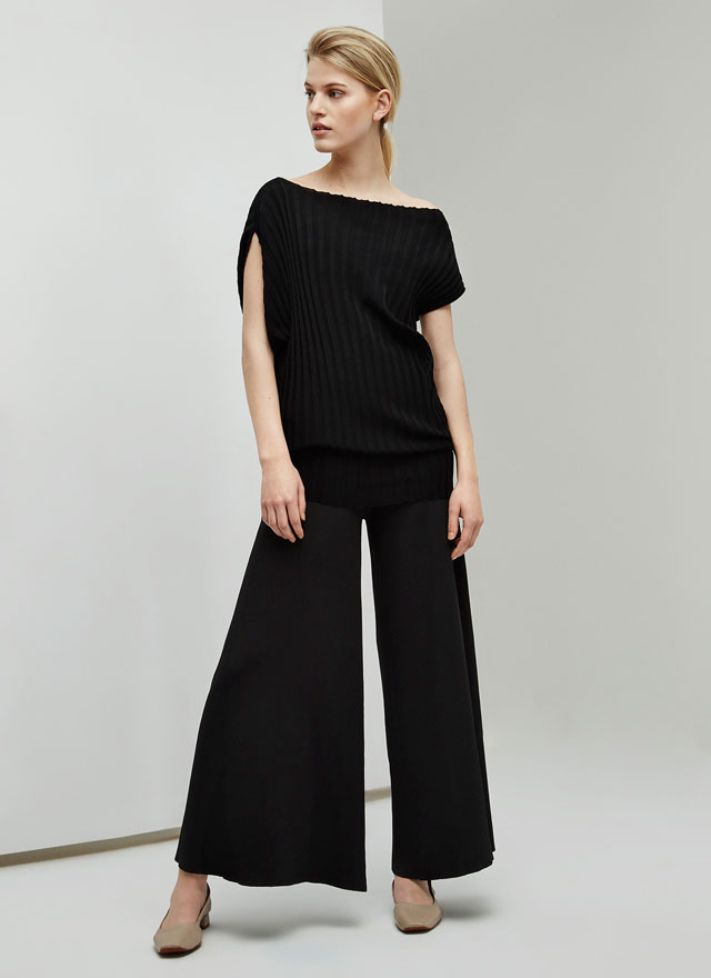 Camiseta asimétrica de punto canalé – Pantalón Culotte de punto canalé - Looks de oficina - Adolfo Dominguez Online